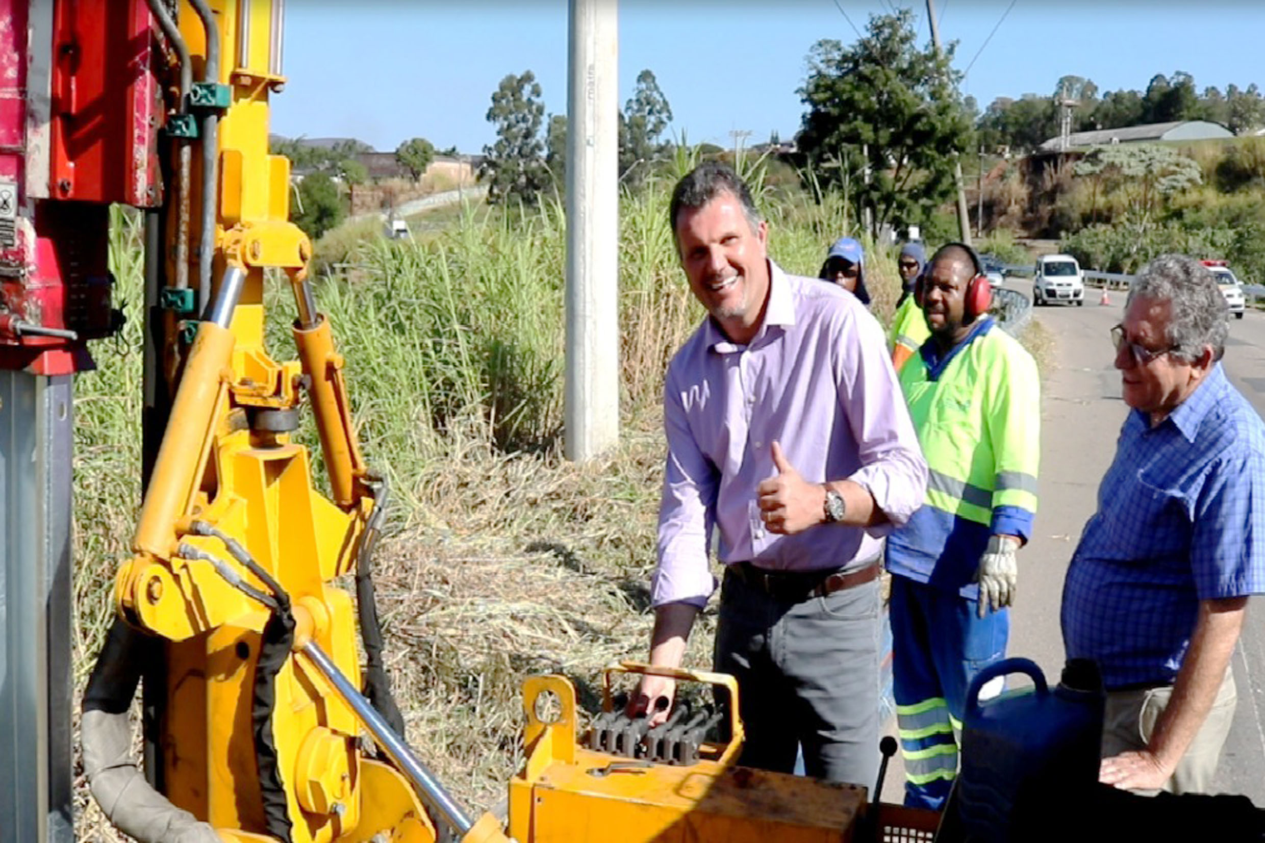 Junior Aprillanti (centro) durante visita às obras<a style='float:right' href='https://www3.al.sp.gov.br/repositorio/noticia/N-07-2017/fg205665.jpg' target=_blank><img src='/_img/material-file-download-white.png' width='14px' alt='Clique para baixar a imagem'></a>