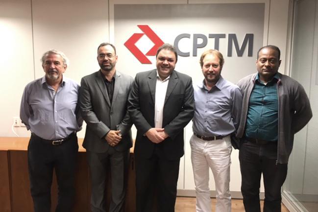 Marcos Damasio (ao centro).