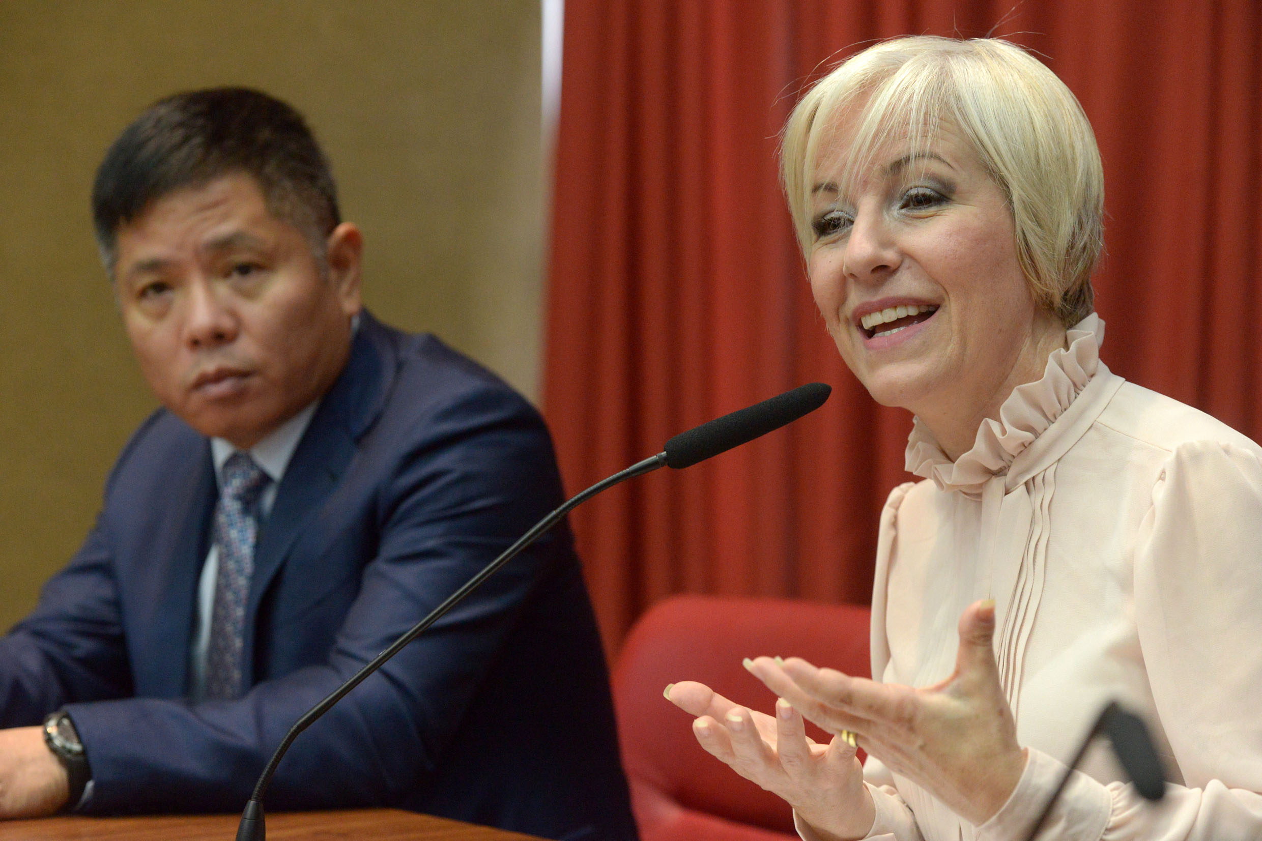 Zhang Wei e Damaris Moura<a style='float:right' href='https://www3.al.sp.gov.br/repositorio/noticia/N-07-2019/fg237190.jpg' target=_blank><img src='/_img/material-file-download-white.png' width='14px' alt='Clique para baixar a imagem'></a>