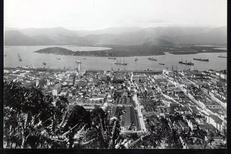 Vista área da cidade de Santos no início do século 20<a style='float:right' href='https://www3.al.sp.gov.br/repositorio/noticia/N-07-2020/fg252118.jpg' target=_blank><img src='/_img/material-file-download-white.png' width='14px' alt='Clique para baixar a imagem'></a>