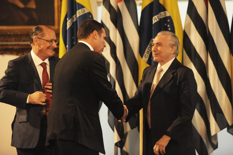 Geraldo Alckmin e Fernando Capez entregam placa que marcou inauguração da 1ª Delegacia de Defesa da Mulher <a style='float:right' href='https://www3.al.sp.gov.br/repositorio/noticia/N-08-2015/fg173590.jpg' target=_blank><img src='/_img/material-file-download-white.png' width='14px' alt='Clique para baixar a imagem'></a>