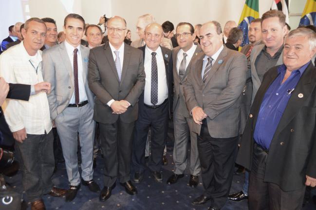 Geraldo Alckmin e Edmir Chedid entre representantes municipais.