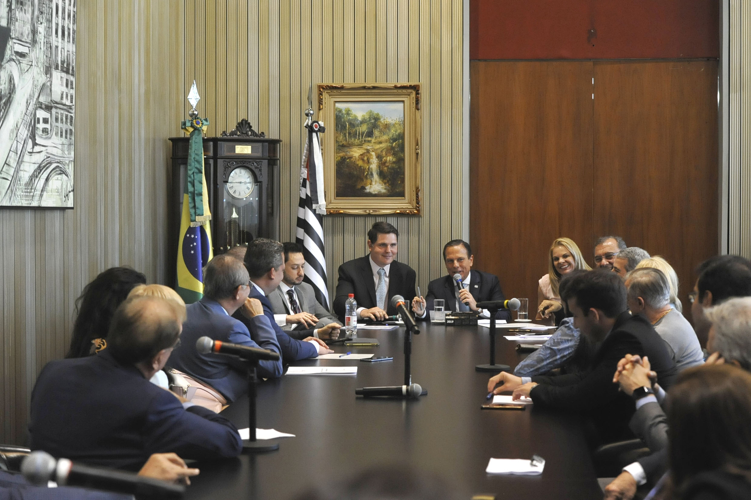 Parlamentares na visita<a style='float:right' href='https://www3.al.sp.gov.br/repositorio/noticia/N-08-2019/fg237319.jpg' target=_blank><img src='/_img/material-file-download-white.png' width='14px' alt='Clique para baixar a imagem'></a>