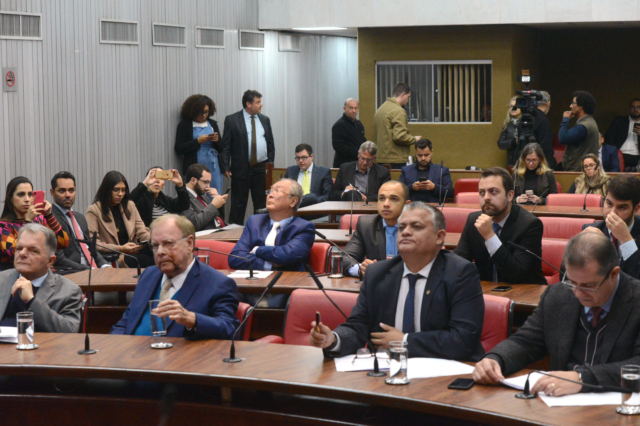 Parlamentares na comissão<a style='float:right' href='https://www3.al.sp.gov.br/repositorio/noticia/N-08-2019/fg237986.jpg' target=_blank><img src='/_img/material-file-download-white.png' width='14px' alt='Clique para baixar a imagem'></a>