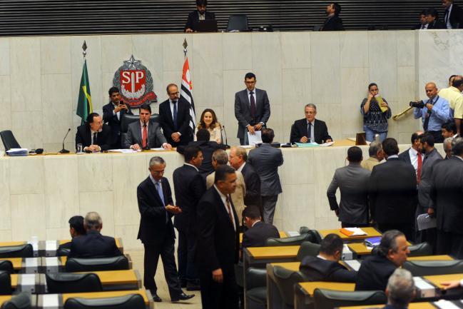 Deputados em votação no plenário JK