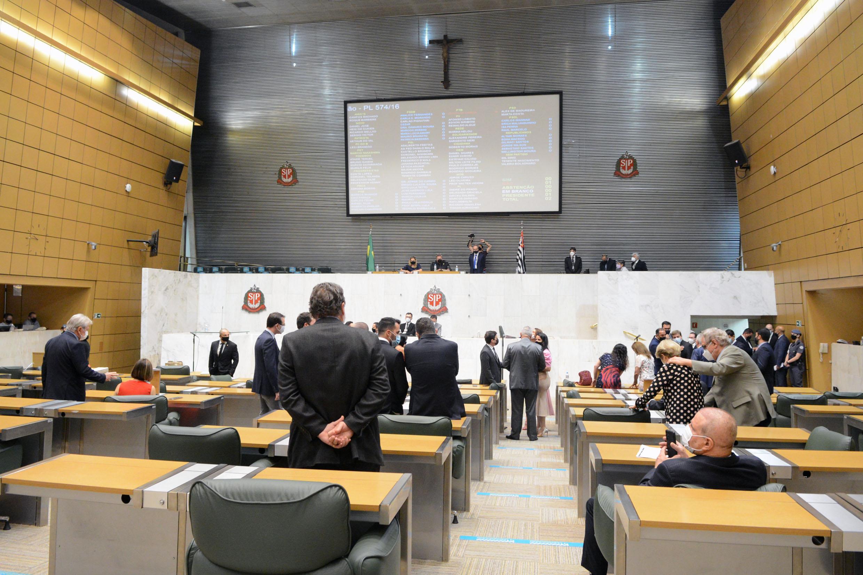 Parlamentares durante sessão extraordinária no dia 14 de setembro<a style='float:right' href='https://www3.al.sp.gov.br/repositorio/noticia/N-09-2021/fg274299.jpg' target=_blank><img src='/_img/material-file-download-white.png' width='14px' alt='Clique para baixar a imagem'></a>
