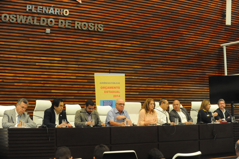 Orçamento estadual 2014 em debate com a população da Região Metropolitana da Baixada Santista<a style='float:right' href='https://www3.al.sp.gov.br/repositorio/noticia/N-10-2013/fg131024.jpg' target=_blank><img src='/_img/material-file-download-white.png' width='14px' alt='Clique para baixar a imagem'></a>