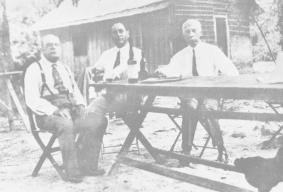 A última imagem Guarujá em 1932, seu amigo João Fonseca, sobrinho Jorge Dumont Villares e o inventor