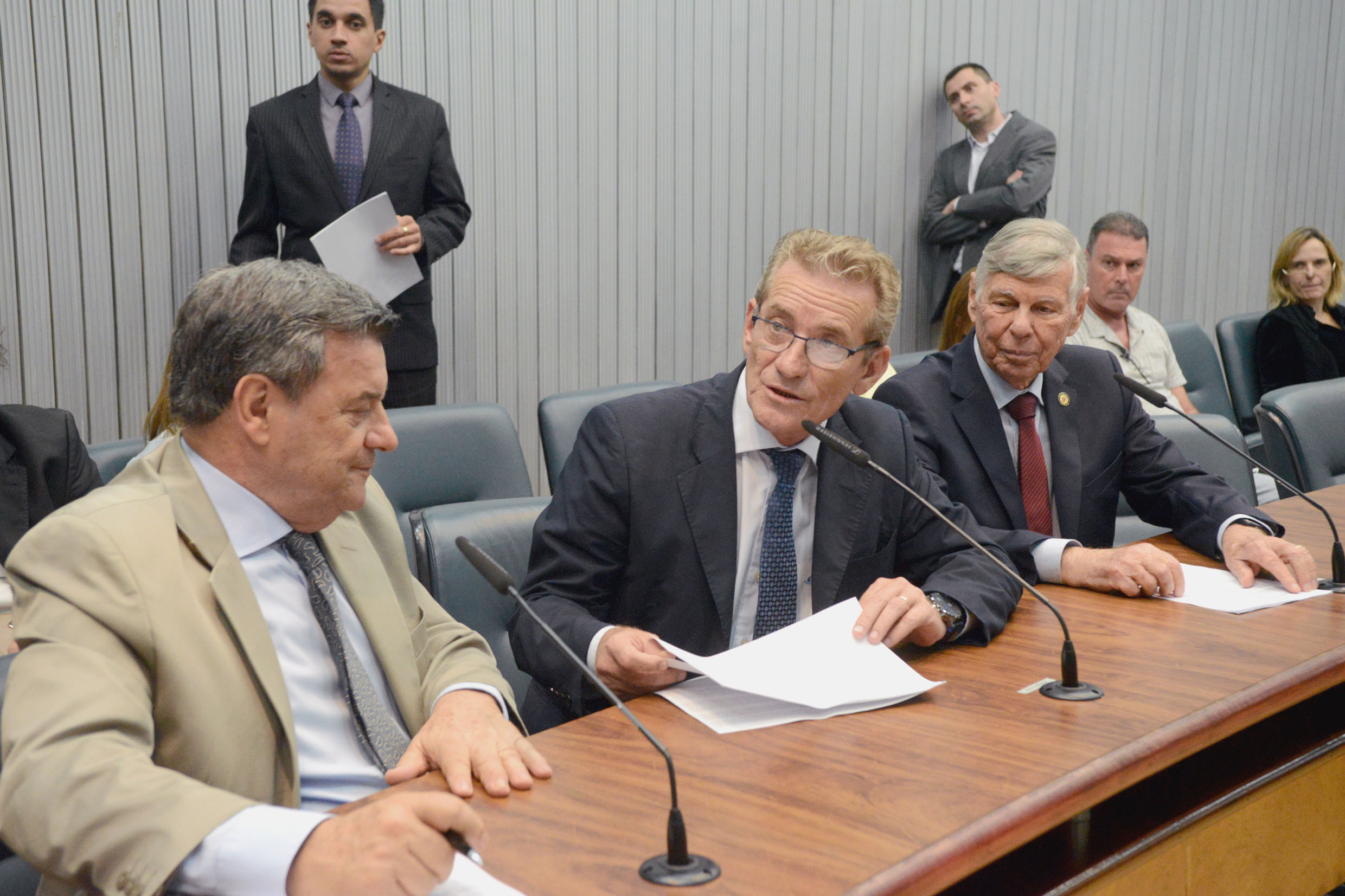 Parlamentares na comissão<a style='float:right' href='https://www3.al.sp.gov.br/repositorio/noticia/N-10-2018/fg227026.jpg' target=_blank><img src='/_img/material-file-download-white.png' width='14px' alt='Clique para baixar a imagem'></a>
