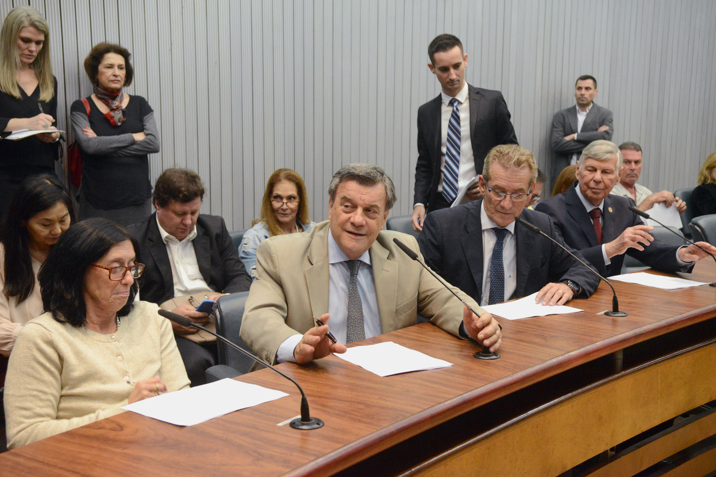 Parlamentares na comissão<a style='float:right' href='https://www3.al.sp.gov.br/repositorio/noticia/N-10-2018/fg227027.jpg' target=_blank><img src='/_img/material-file-download-white.png' width='14px' alt='Clique para baixar a imagem'></a>