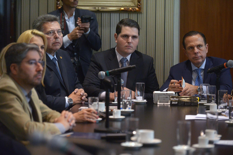 Parlamentares durante a reunião com o governador<a style='float:right' href='https://www3.al.sp.gov.br/repositorio/noticia/N-10-2019/fg241116.jpg' target=_blank><img src='/_img/material-file-download-white.png' width='14px' alt='Clique para baixar a imagem'></a>