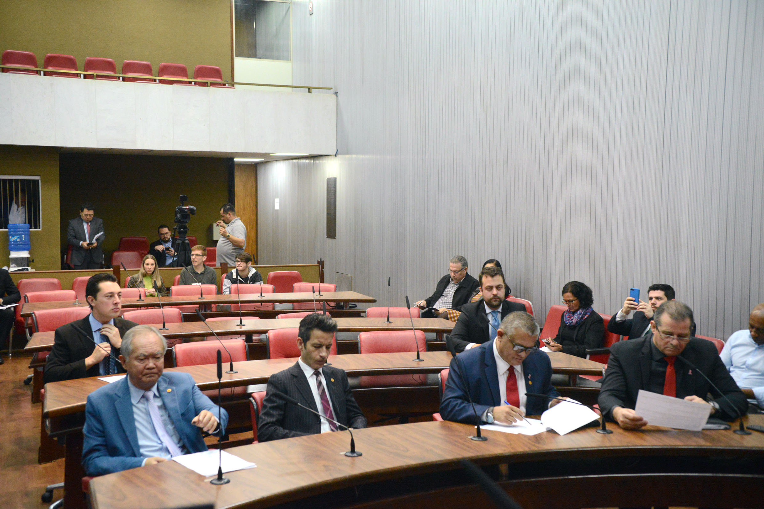 Parlamentares na comissão<a style='float:right' href='https://www3.al.sp.gov.br/repositorio/noticia/N-10-2019/fg241505.jpg' target=_blank><img src='/_img/material-file-download-white.png' width='14px' alt='Clique para baixar a imagem'></a>