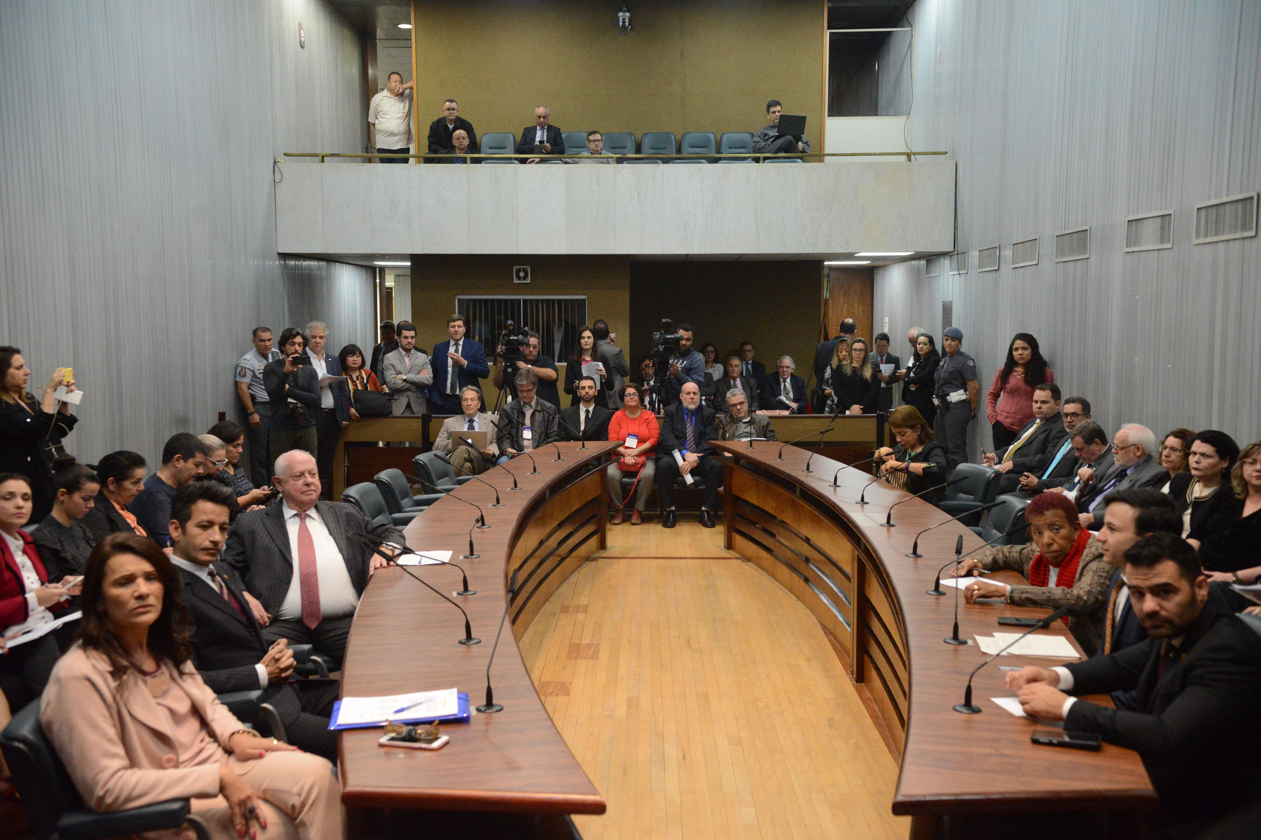 Parlamentares na CPI<a style='float:right' href='https://www3.al.sp.gov.br/repositorio/noticia/N-10-2019/fg241524.jpg' target=_blank><img src='/_img/material-file-download-white.png' width='14px' alt='Clique para baixar a imagem'></a>