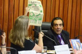 Marisa Fernandes exibe exemplar do jornal Lampião da Esquina, e Adriano Diogo