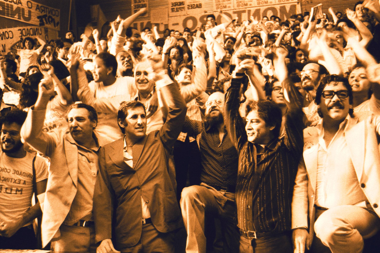 Líderes políticos e militantes do MDB festejam o resultado da convenção do partido em outubro de 1979<a style='float:right' href='https://www3.al.sp.gov.br/repositorio/noticia/N-11-2014/fg166100.jpg' target=_blank><img src='/_img/material-file-download-white.png' width='14px' alt='Clique para baixar a imagem'></a>