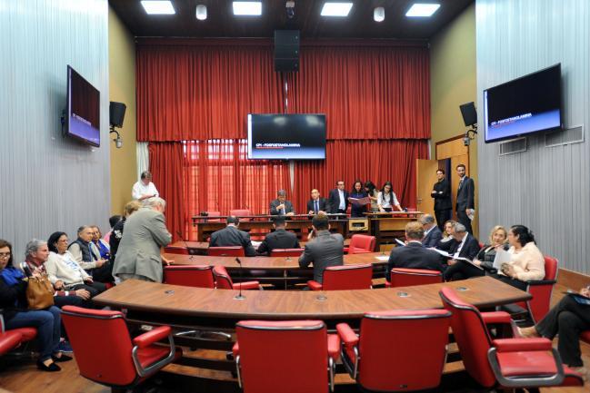 Deputados em reunião da CPI Fosfoetanolamina