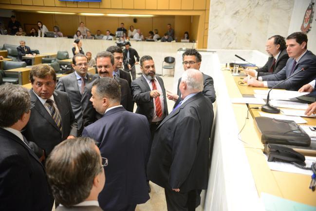 Parlamentares durante a sessão