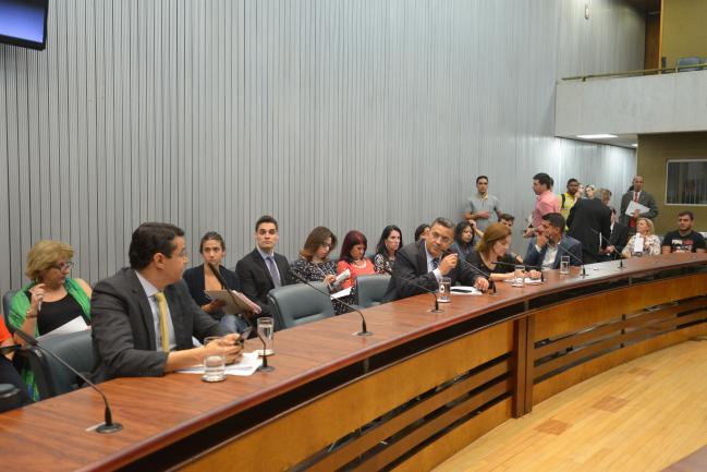 Parlamentares durante a comissão