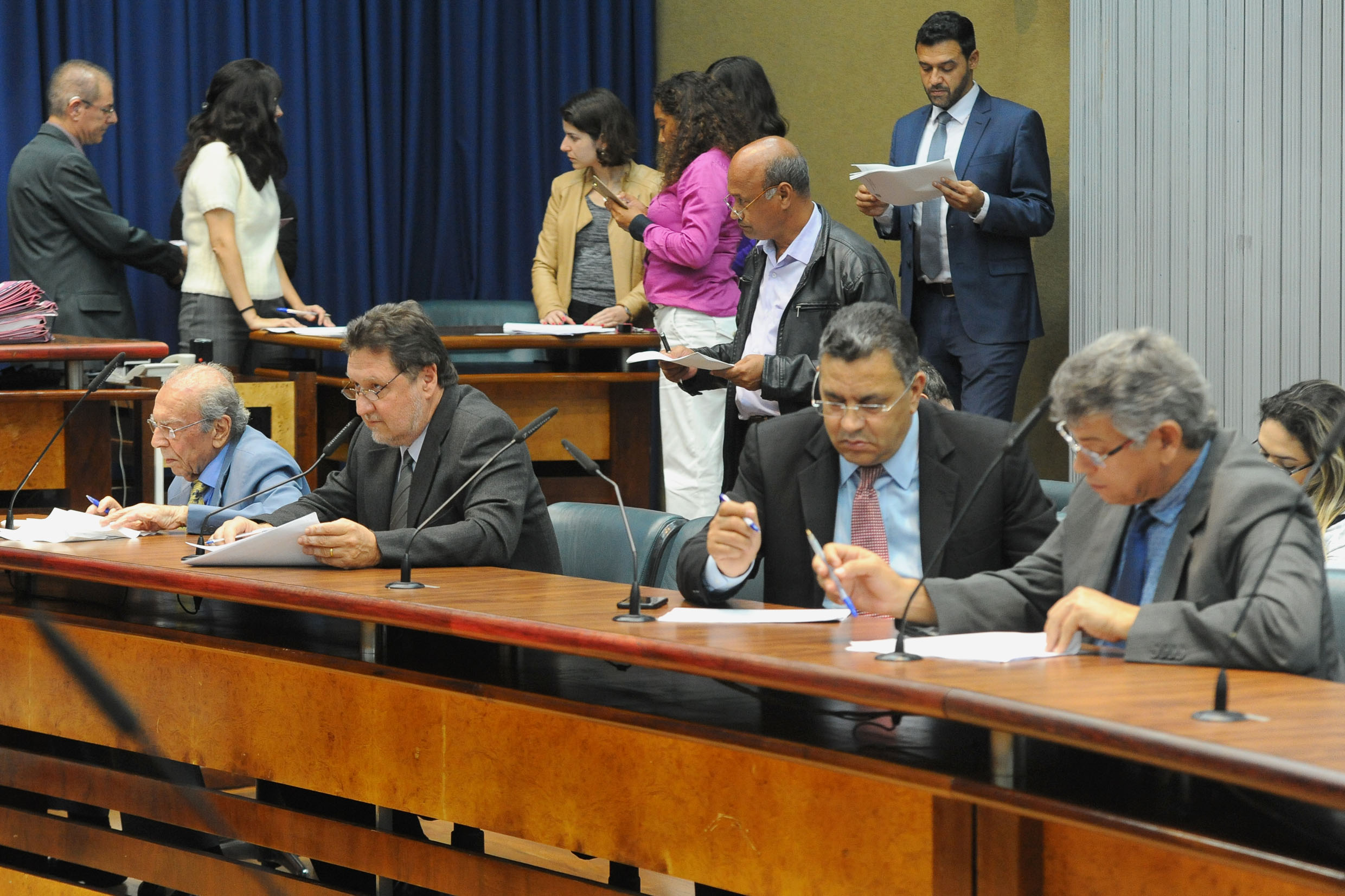 Parlamentares na comissão<a style='float:right' href='https://www3.al.sp.gov.br/repositorio/noticia/N-11-2018/fg227799.jpg' target=_blank><img src='/_img/material-file-download-white.png' width='14px' alt='Clique para baixar a imagem'></a>