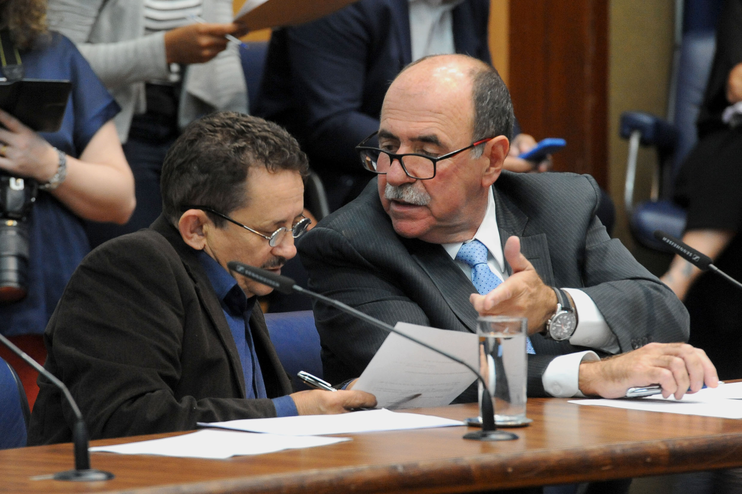Parlamentares na comissão<a style='float:right' href='https://www3.al.sp.gov.br/repositorio/noticia/N-11-2018/fg228049.jpg' target=_blank><img src='/_img/material-file-download-white.png' width='14px' alt='Clique para baixar a imagem'></a>
