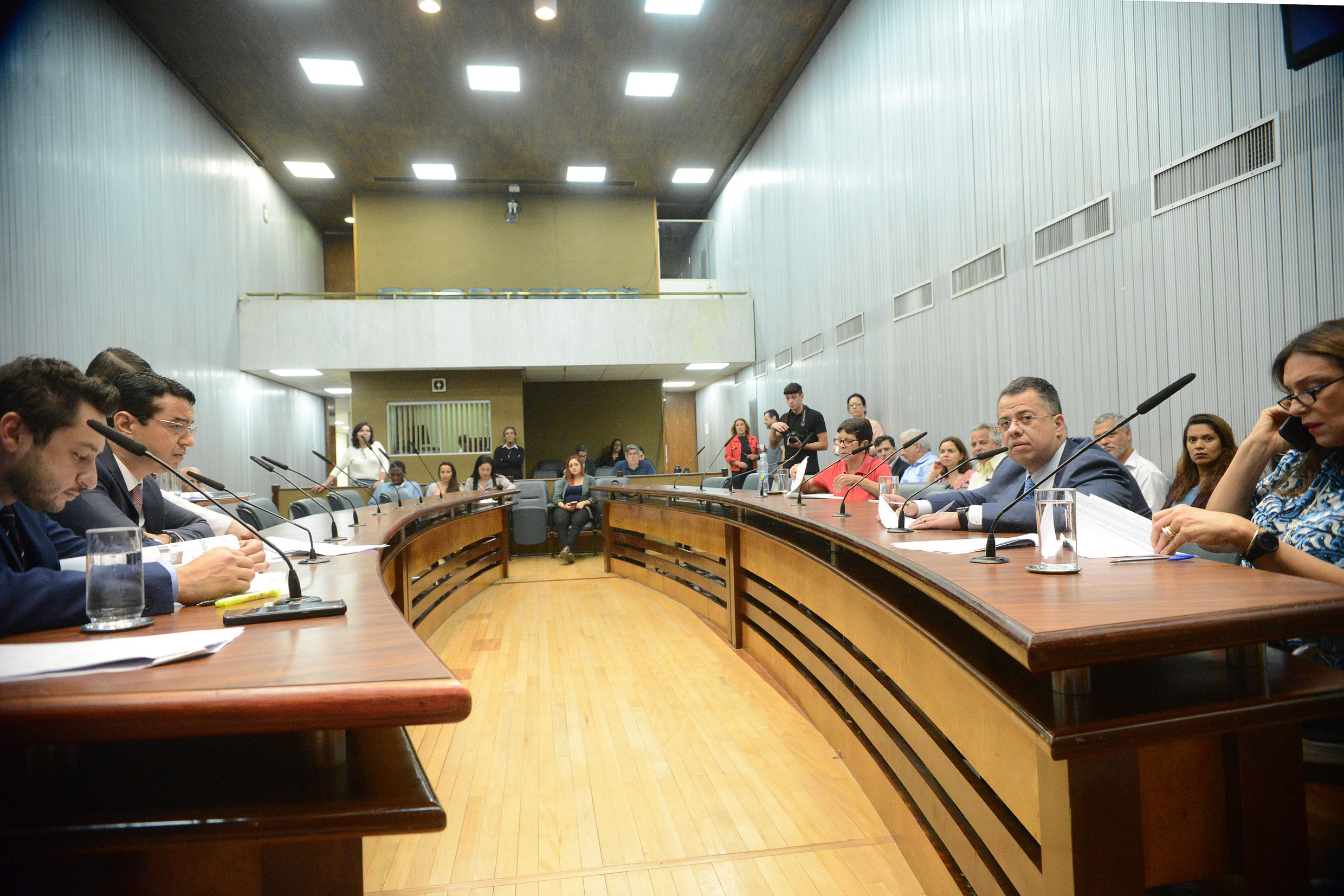 Parlamentares na comissão<a style='float:right' href='https://www3.al.sp.gov.br/repositorio/noticia/N-11-2018/fg228066.jpg' target=_blank><img src='/_img/material-file-download-white.png' width='14px' alt='Clique para baixar a imagem'></a>