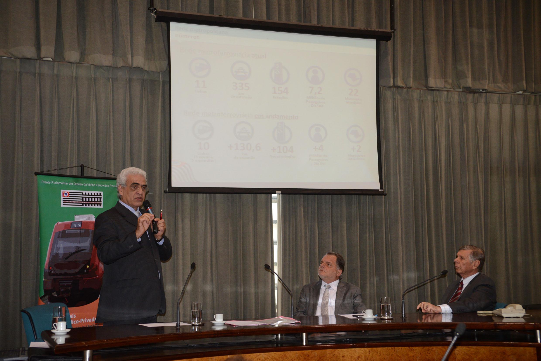 Os deputados Bragato e Gasparini acompanham exposição de Fernandes<a style='float:right' href='https://www3.al.sp.gov.br/repositorio/noticia/N-12-2013/fg156869.jpg' target=_blank><img src='/_img/material-file-download-white.png' width='14px' alt='Clique para baixar a imagem'></a>