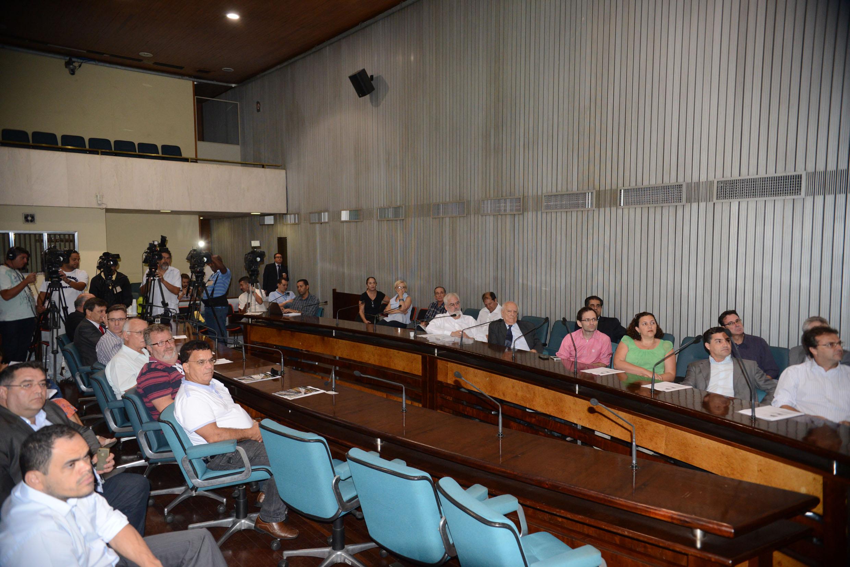 Público presente e imprensa na cobertura da reunião da Frente Parlamentar em Defesa da Malha Ferroviária Paulista<a style='float:right' href='https://www3.al.sp.gov.br/repositorio/noticia/N-12-2013/fg156896.jpg' target=_blank><img src='/_img/material-file-download-white.png' width='14px' alt='Clique para baixar a imagem'></a>