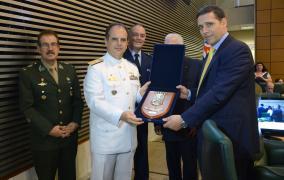 Zampronio entrega a Capez placa de homenagem à Assembleia