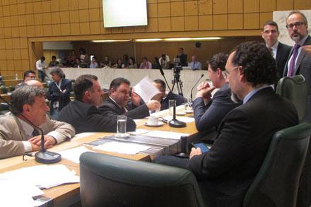 Marcos Damasio (ao centro)