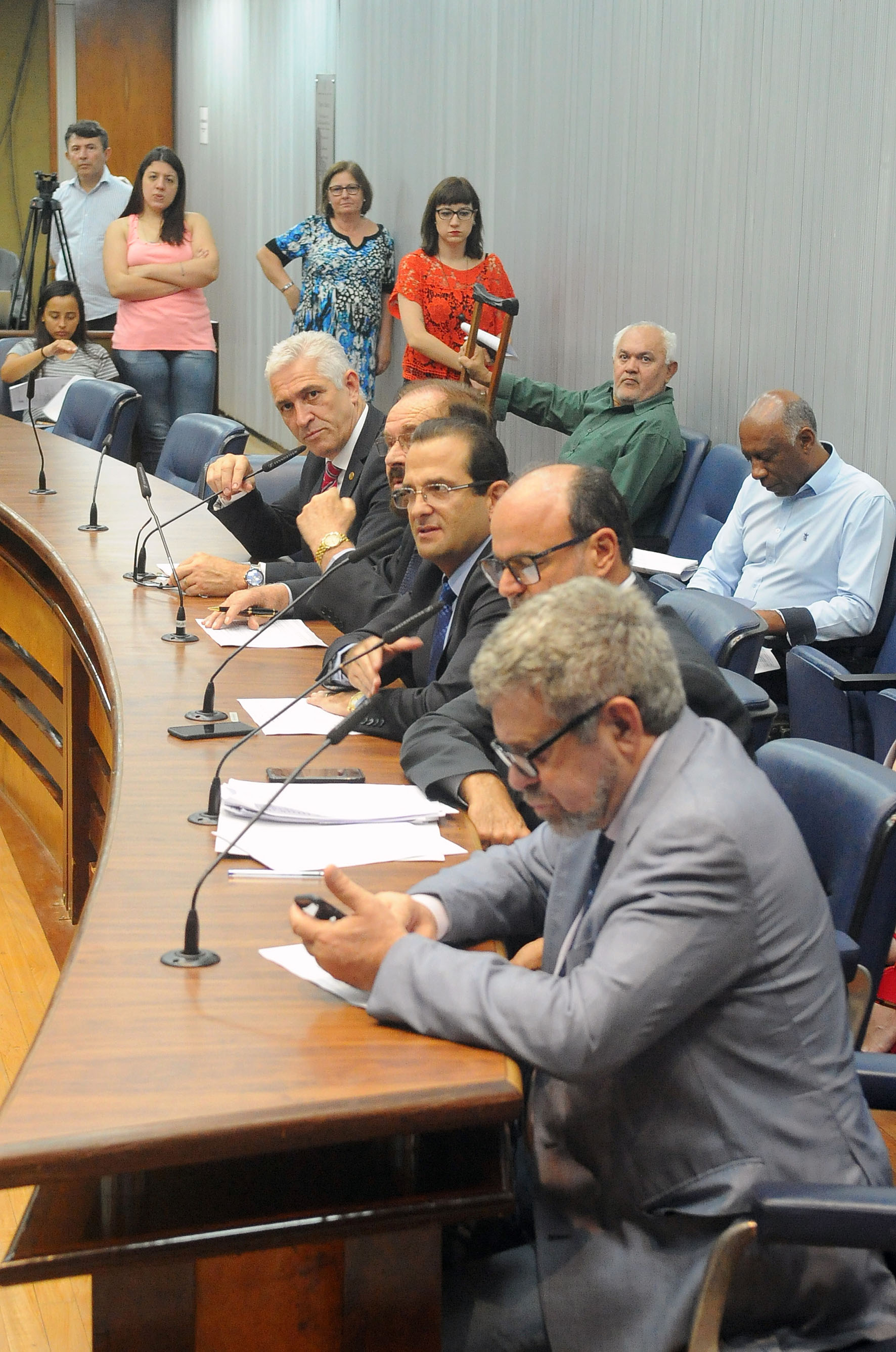 Parlamentares na comissão <a style='float:right' href='https://www3.al.sp.gov.br/repositorio/noticia/N-12-2018/fg228643.jpg' target=_blank><img src='/_img/material-file-download-white.png' width='14px' alt='Clique para baixar a imagem'></a>