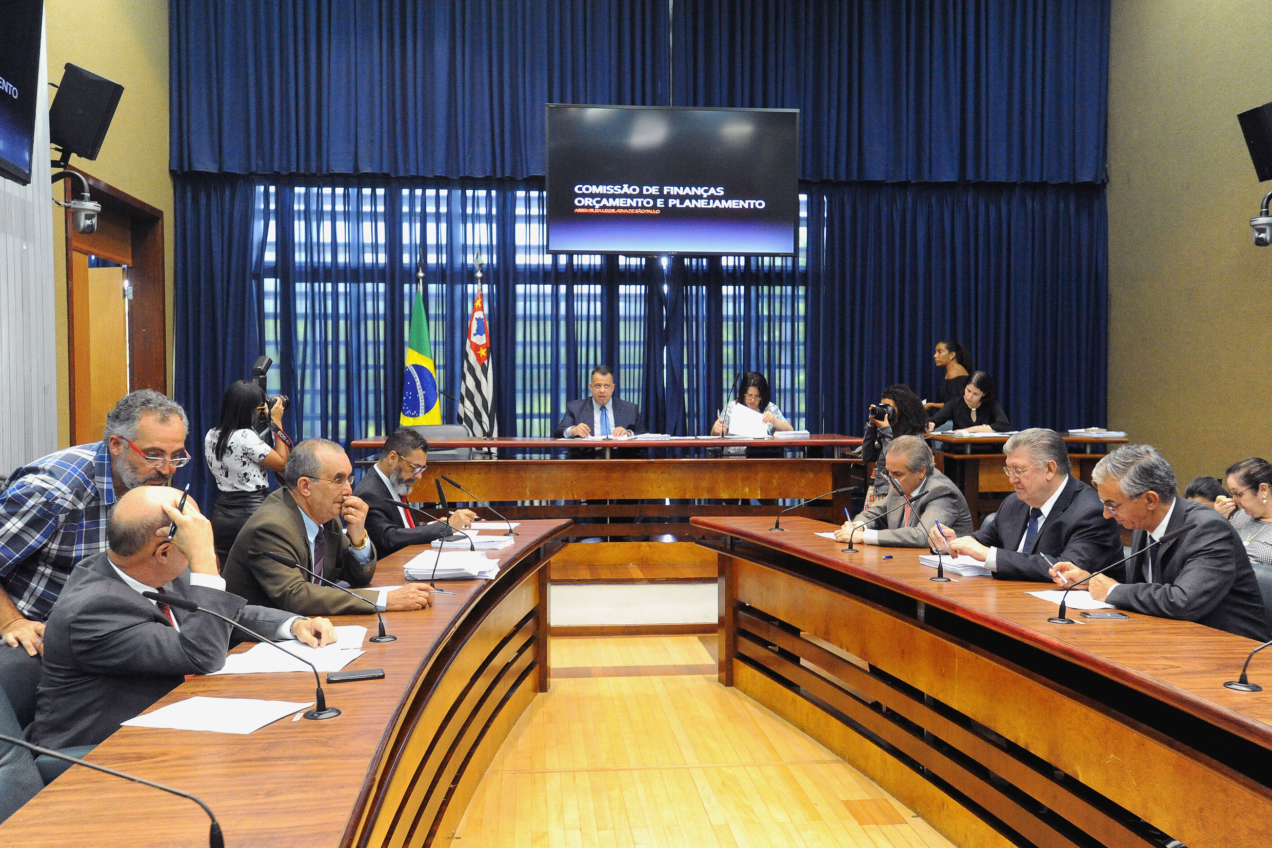 Parlamentares na comissão <a style='float:right' href='https://www3.al.sp.gov.br/repositorio/noticia/N-12-2018/fg228734.jpg' target=_blank><img src='/_img/material-file-download-white.png' width='14px' alt='Clique para baixar a imagem'></a>