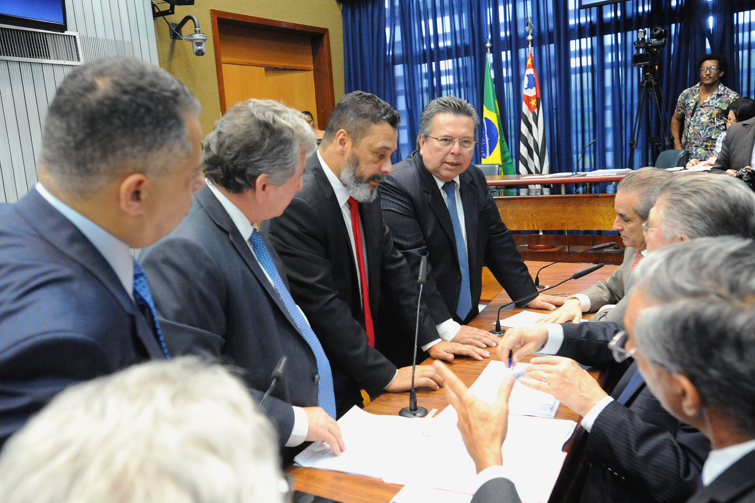 Parlamentares na comissão <a style='float:right' href='https://www3.al.sp.gov.br/repositorio/noticia/N-12-2018/fg228738.jpg' target=_blank><img src='/_img/material-file-download-white.png' width='14px' alt='Clique para baixar a imagem'></a>