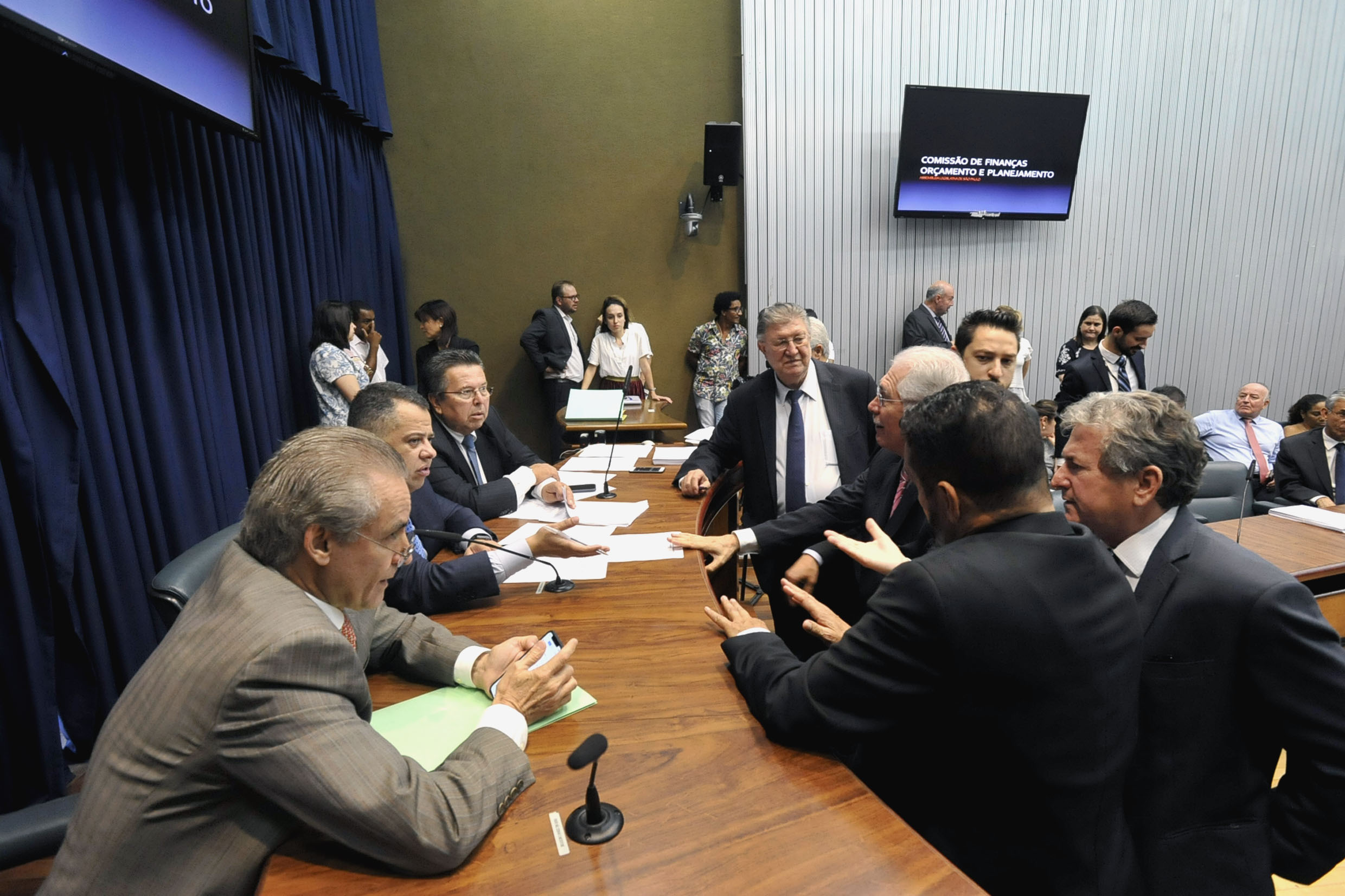 Parlamentares na comissão <a style='float:right' href='https://www3.al.sp.gov.br/repositorio/noticia/N-12-2018/fg228739.jpg' target=_blank><img src='/_img/material-file-download-white.png' width='14px' alt='Clique para baixar a imagem'></a>