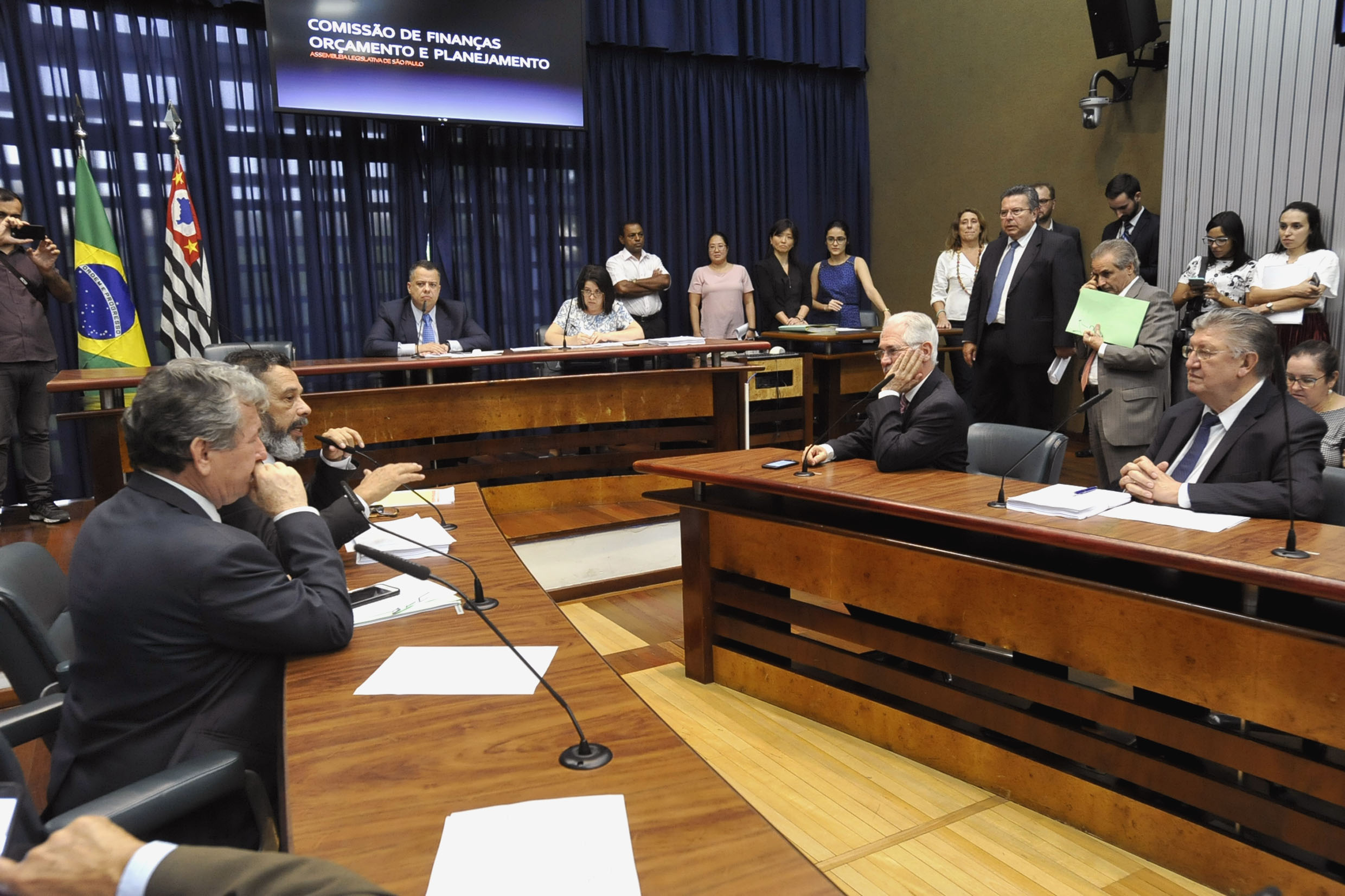 Parlamentares na comissão <a style='float:right' href='https://www3.al.sp.gov.br/repositorio/noticia/N-12-2018/fg228741.jpg' target=_blank><img src='/_img/material-file-download-white.png' width='14px' alt='Clique para baixar a imagem'></a>