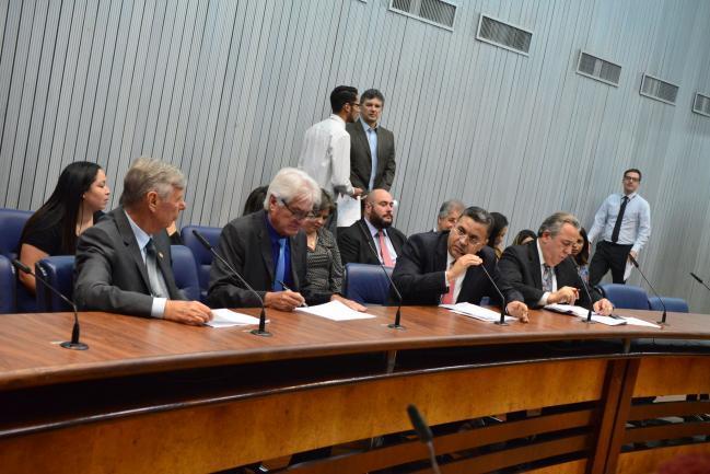Parlamentares na reunião da comissão