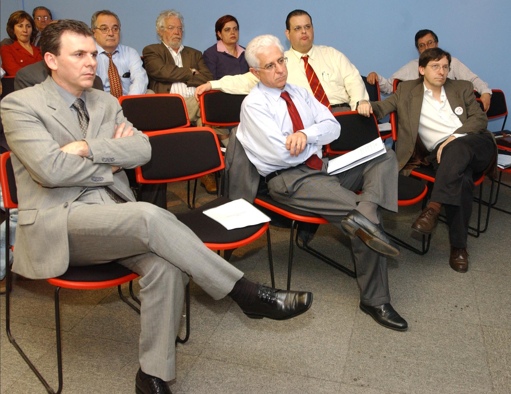 Presidente Sidney Beraldo (centro) quer expandir a discussão sobre distribuição de tributos no Legislativo<a style='float:right' href='https://www3.al.sp.gov.br/repositorio/noticia/hist/vidconf.jpg' target=_blank><img src='/_img/material-file-download-white.png' width='14px' alt='Clique para baixar a imagem'></a>